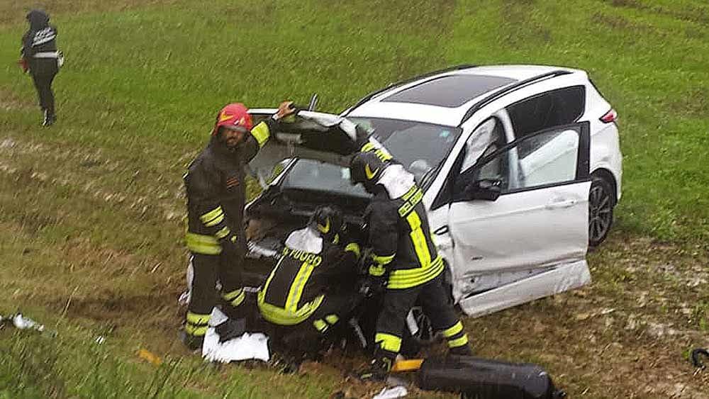 Scontro tra due auto a Collesalvetti, una finisce fuori strada: ferite due persone - LivornoToday